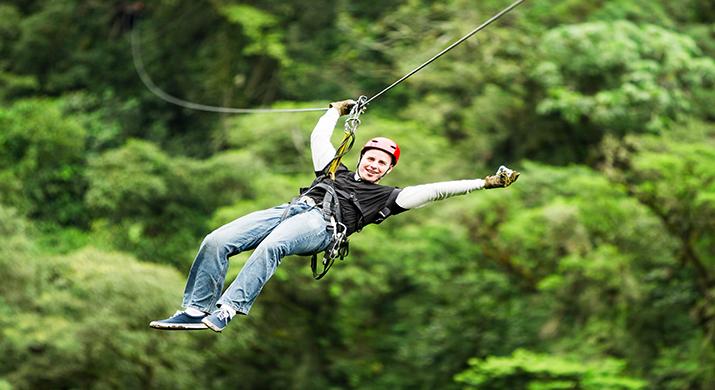 Volar Sobre La Selva En Una Tirolesa